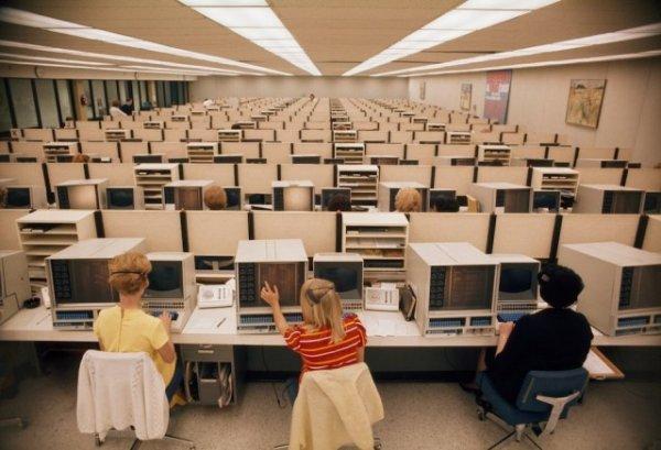 Женщины-операторы обслуживают компьютеры в центре бронирования Eastern Airlines в Майами, Флорида, 1970