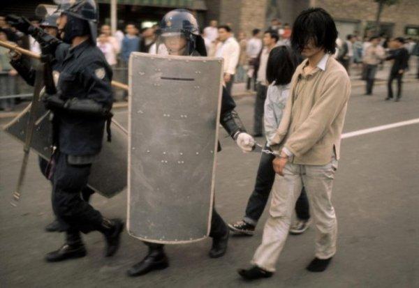 Японская полиция задерживает участников очередной акции протеста