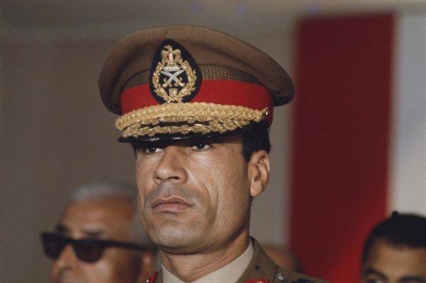 Молодой полковник Каддафи, пришедший к власти в 1969 г., на международной встрече в Каире, 1970