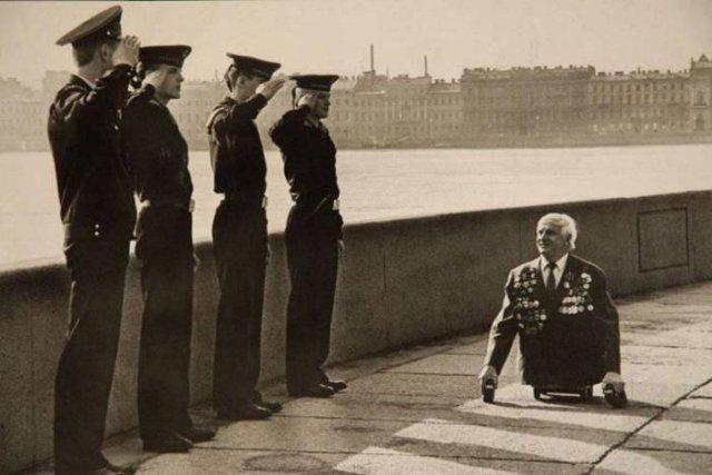 Курсанты Нахимовского училища с гордостью за своих отцов и дедов, отдают честь ветерану Голимбиевскому, 1989 год, Ленинград, СССР