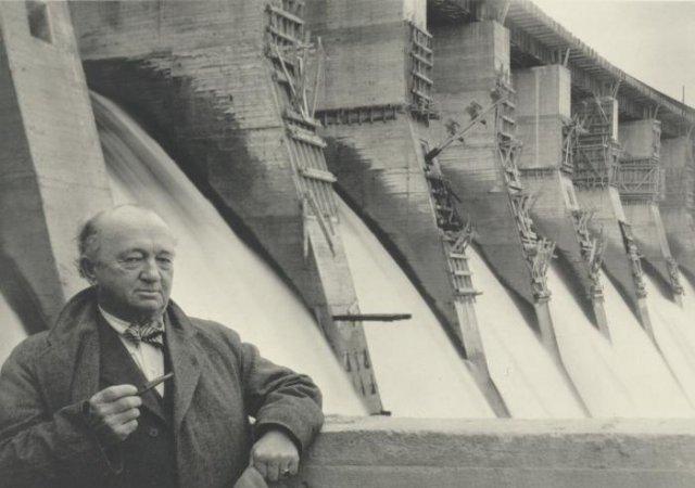 Полковник Хью Купер, главный консультант Днепростроя, на фоне плотины Днепрогэса. 1935