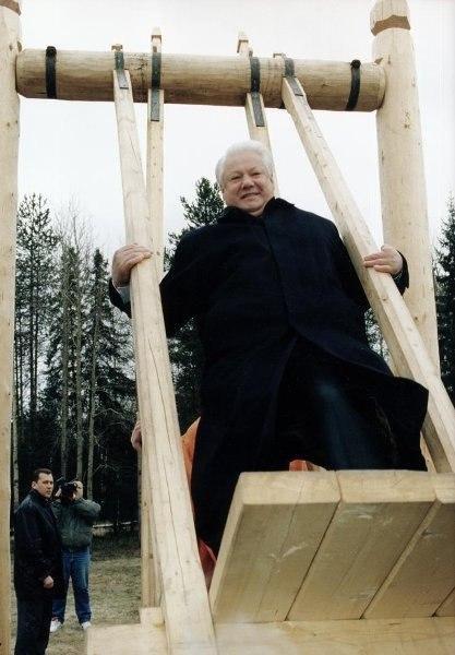 Борис Ельцин на качелях, Россия, 1996