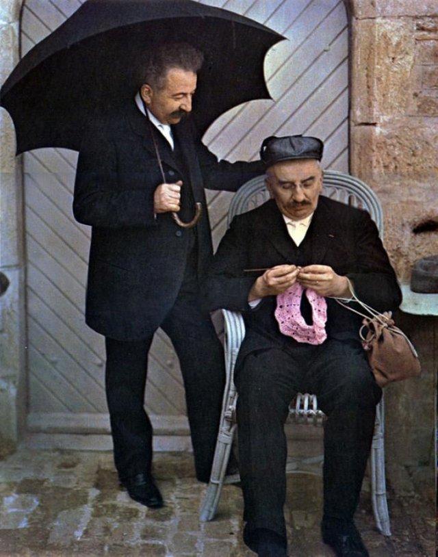 Огюст Люмьер и Луи Люмьер позируют для своей первой цветной фотографии, 1907 год, Лион