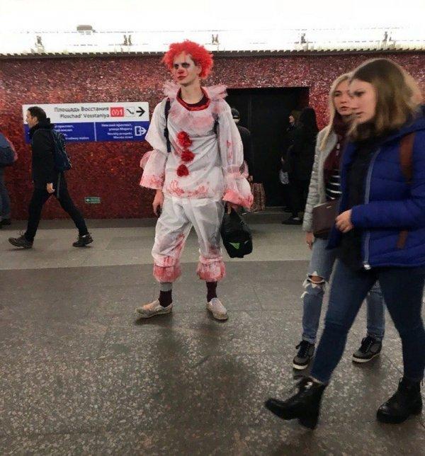 парень в костюме клоуна