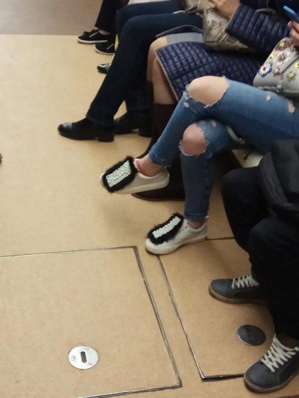 пушистые кроссовки у девушки