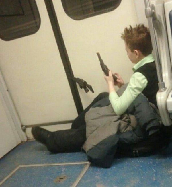 мальчик с револьвером