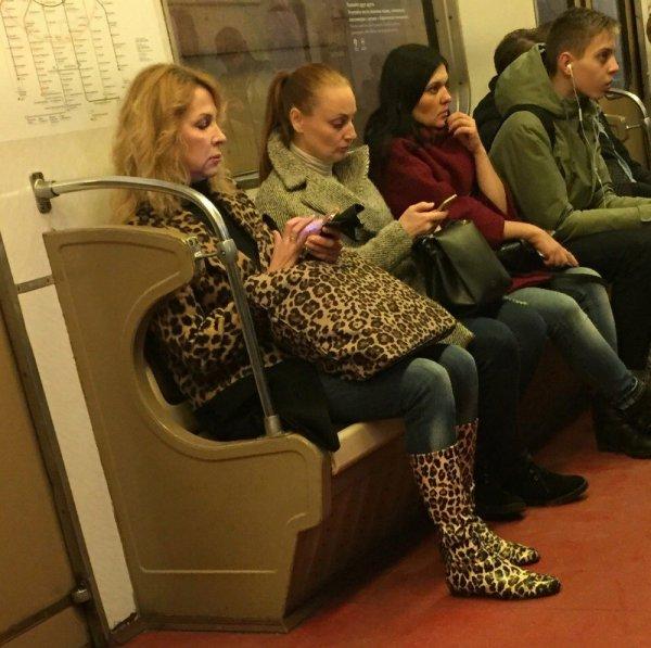 женщина с леопардовой сумкой