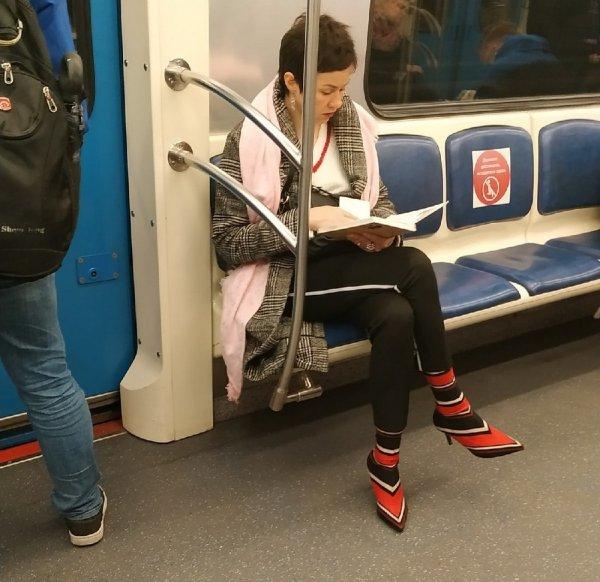 женщина надела носки на туфли