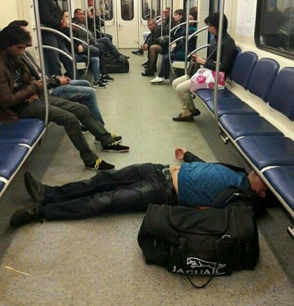 мужчина лежит на полу