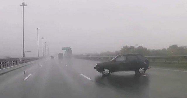 Автомобили столкнулись в Петербурге