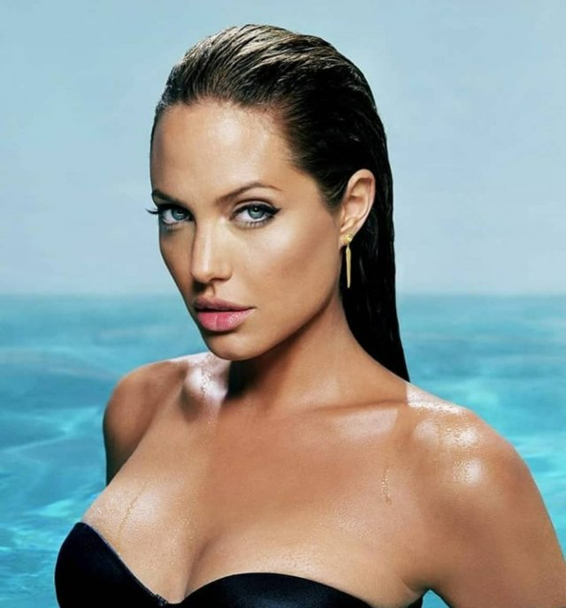 Анджелина Джоли в черном купальнике в воде