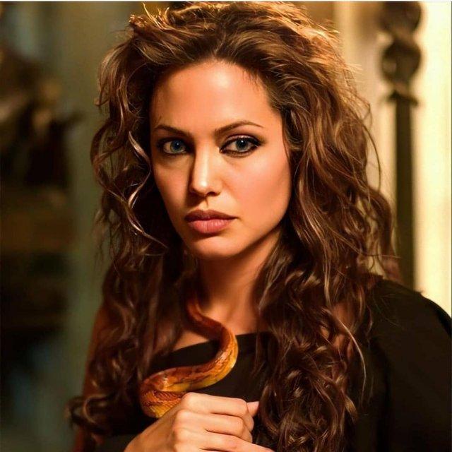 Анджелна Джоли в черной одежде