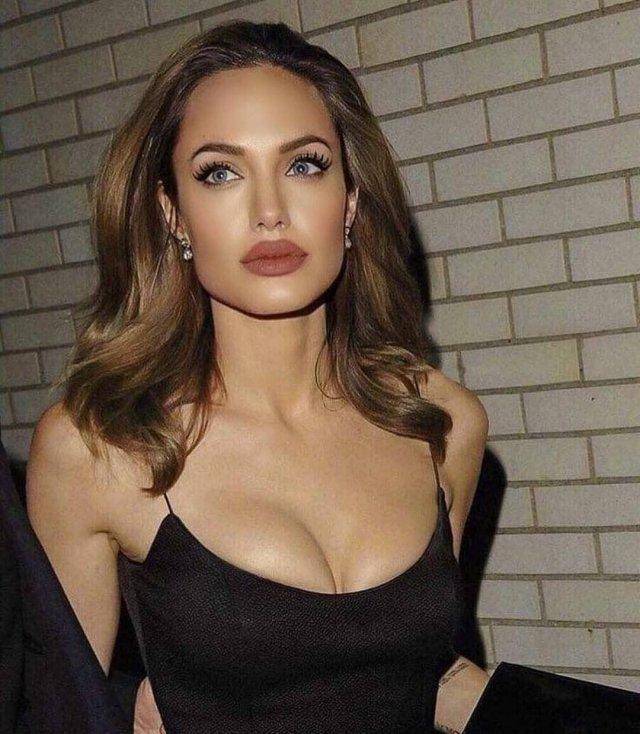Анджелина Джоли в черном платье с декольте