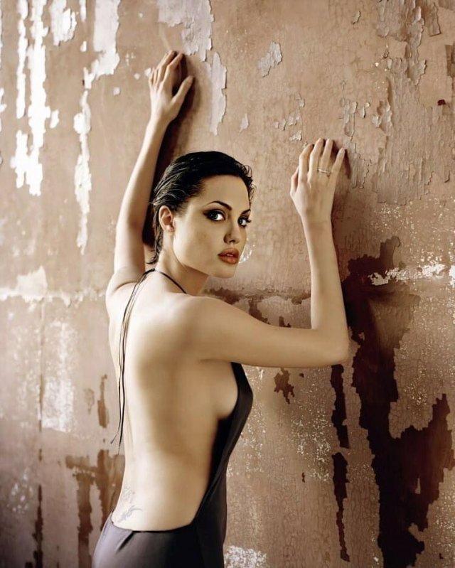 Анджелина Джоли в черном платье с открытой спиной