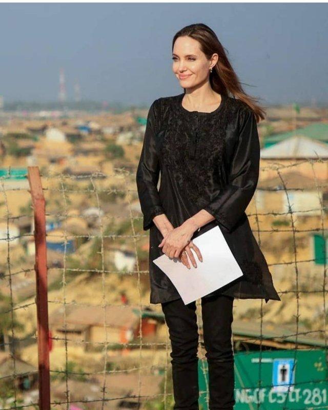 Анджелина Джоли в черной кофте