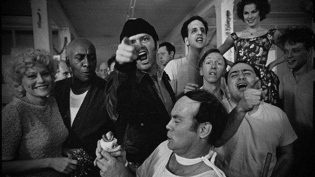 """Фильм """"Пролетая над гнездом кукушки"""" был снят в настоящей психиатрической больнице. Директор больницы поддержал его и предложил пациентам работать в съемочной группе."""