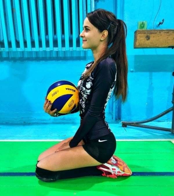 волейболистка сидит на коленях