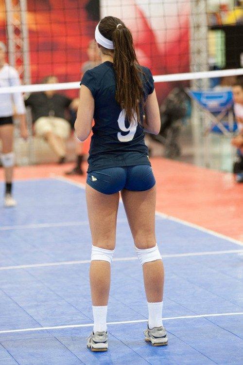 волейболистка в синих шортах