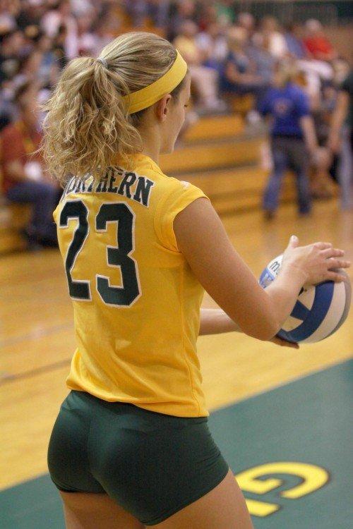 волейболистка в желтой футболке