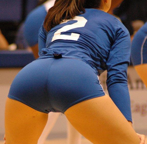 волейболистка в синей форме