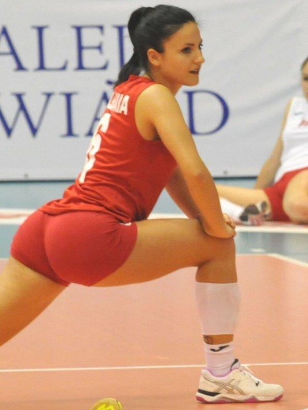 волейболистка в красной форме