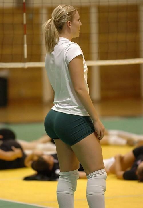 волейболистка в серых шортах