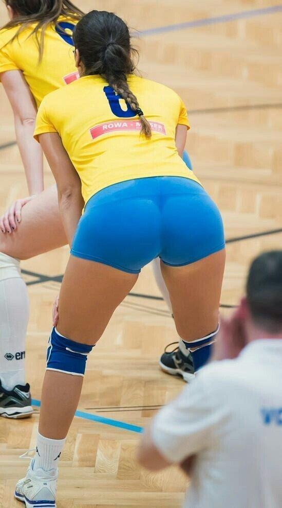 волейболистка в голубых шортах
