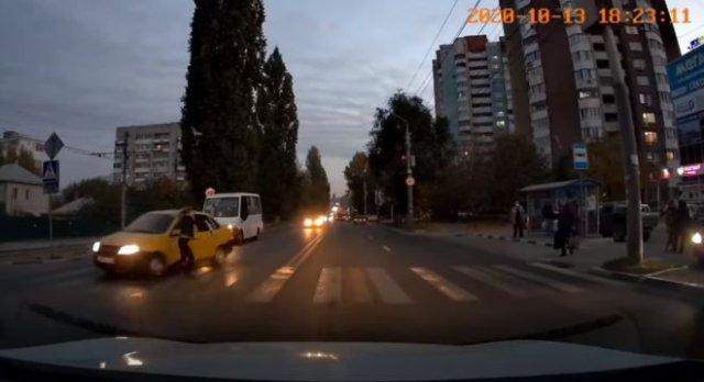 Девушка чудом уцелела на пешеходном переходе