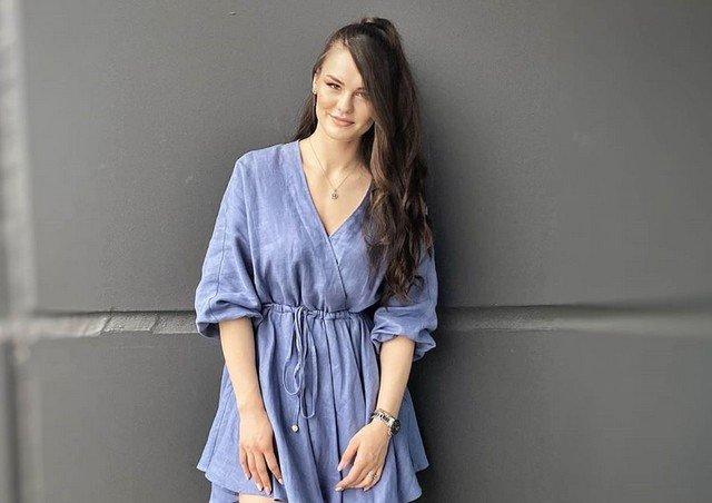 Александра Ситникова в синем платье