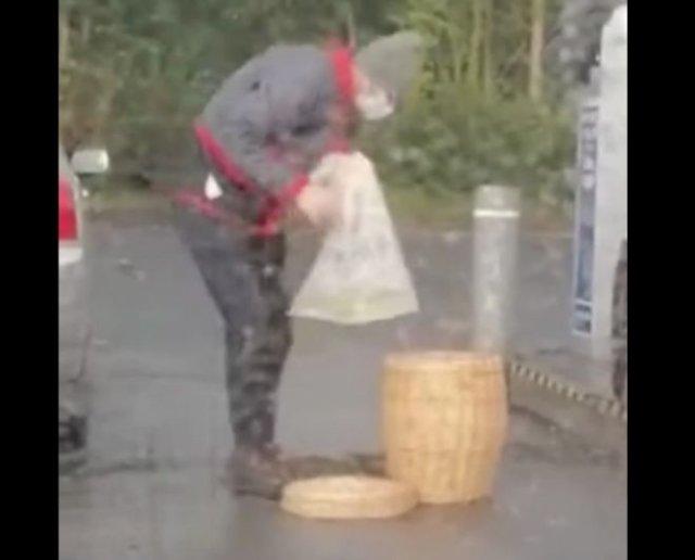 Налил бензин в пакет, а после убрал его в плетеную корзину