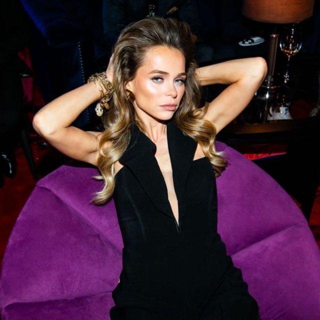 Анна Хилькевич в черном платье