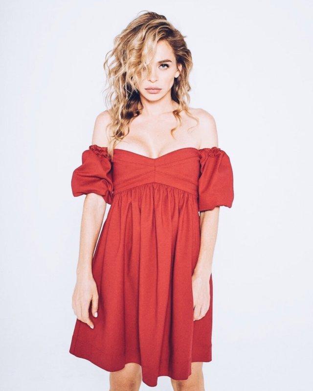 Анна Хилькевич в красном платье