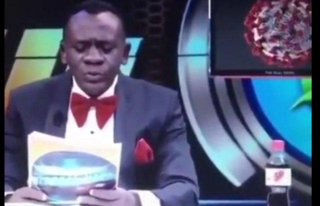 Смешной ведущий из Бурунди забавно читает новости на английском языке про коронавирус