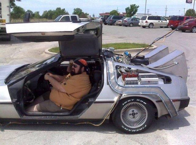 Толстяк в машине из Назад в будущее