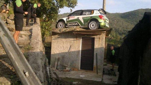 Гоночный автомобиль на крыше дома