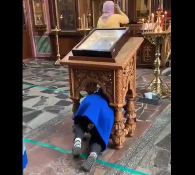 Очень странный ритуал в церкви - женщин заставили пролезать под иконой