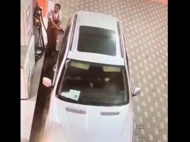 Разлил весь бензин по территории заправки