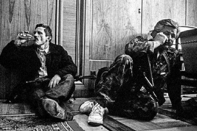 Александр Руцкой и его телохранитель во время обстрела здания Верховного Совета России, Москва, 1993 год