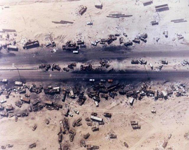 «Шоссе смерти». Результат американских бомбардировок во время отступления иракских сил, Ирак, 1991 год