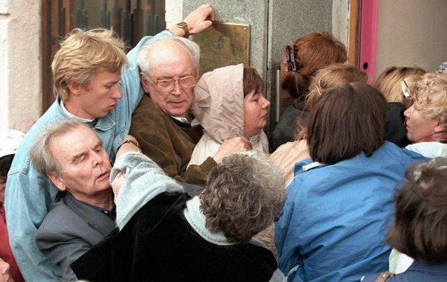 Толкания жителей Москвы на подступах к пункту обмена валюты, кризис 1998 года