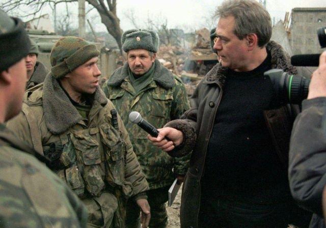 Тележурналист Сергей Доренко общается с российскими солдатами