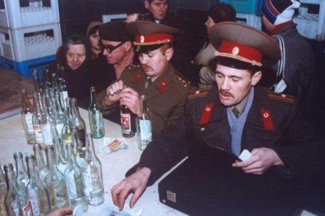 Военные приобретают водку в обмен на пустые бутылки, 1991 год