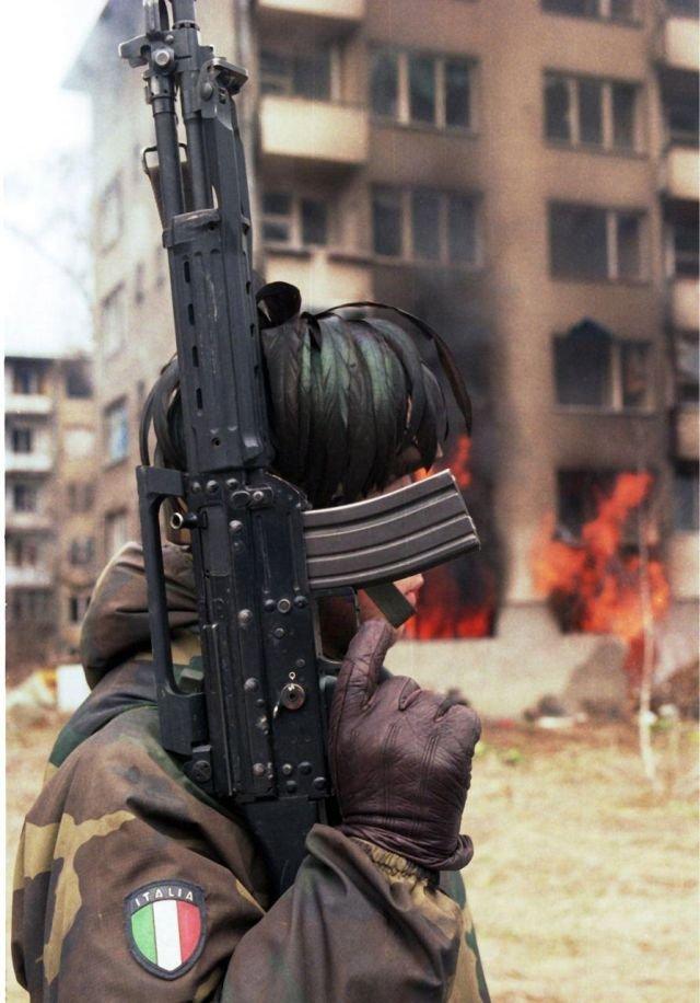 Итальянский боец сил ООН во время патрулирования улицы Сараево. Босния. 18 марта 1996 года