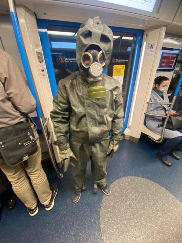 В противогазе в метро