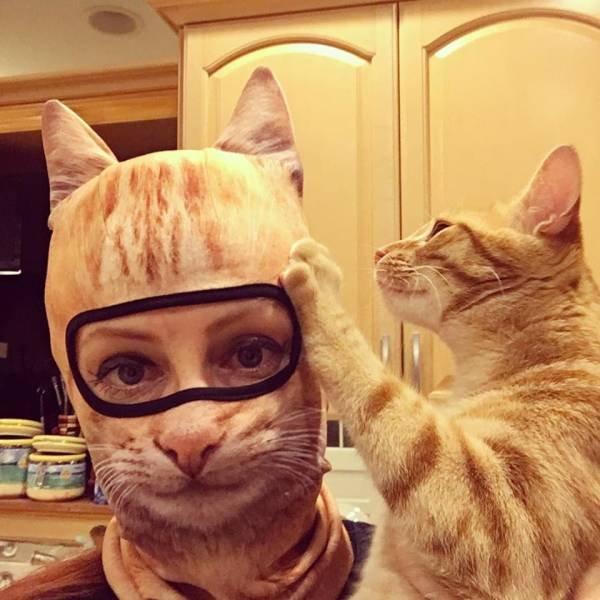 Девушка в маске кота