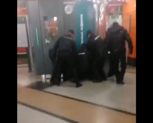 В Санкт-Петербурге сотрудники полиции избили парня без маски