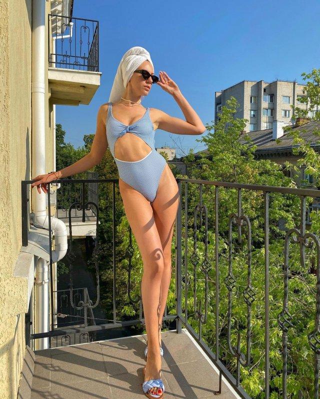 Леся Никитюк в синем купальнике на балконе