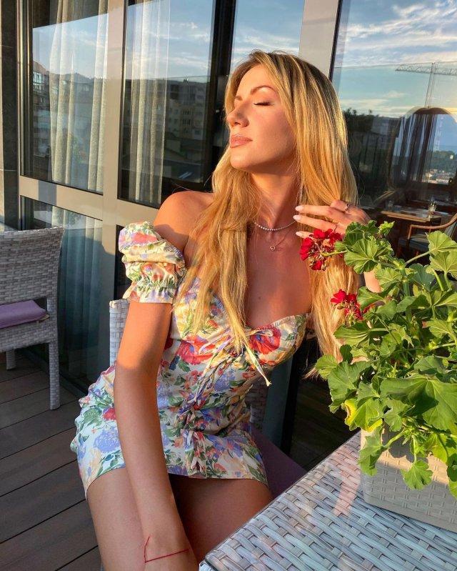 Леся Никитюк в цветном платье
