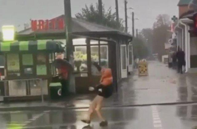 Парень тщетно пытался перейти дорогу, находясь в состоянии крайне сильного опьянения