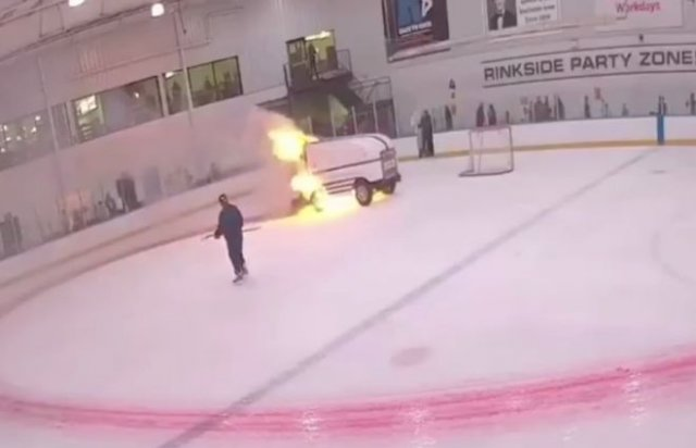 Машина для восстановления льда загорелась прямо на катке
